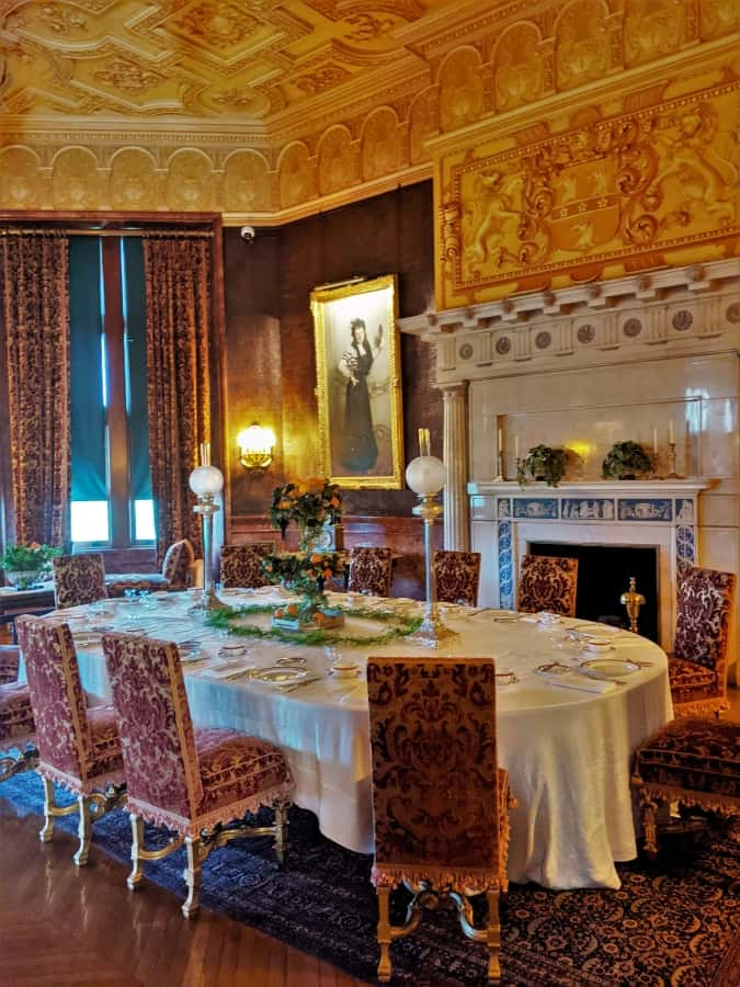 The informal breakfast dining room.